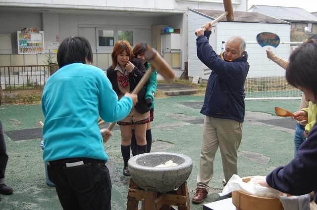 日本語学校と合同でもちつきをしました。